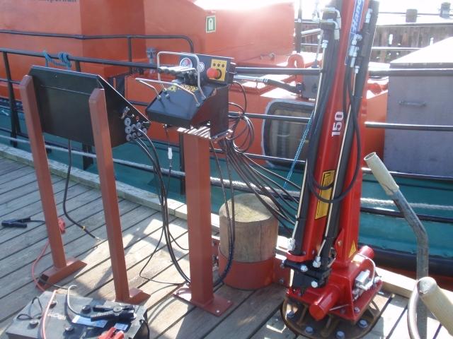 Montering af hydralisk kran på bro til losning og lastning af supplybåd
