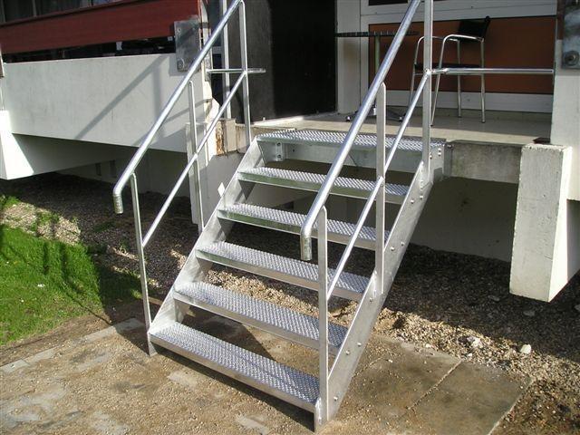 Udvendig trappe i varmgalvaniseret stål med O ristetrin